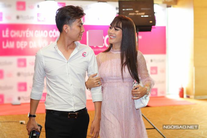 Lâm Khánh Chi rạng rỡ hạnh phúc bên chồng trẻ điển trai. Ở tuổi 41, cô đang tận hưởng cuộc hôn nhân ngọt ngạo, tưởng chỉ cótrong mơ.