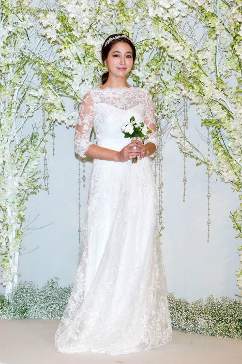 Lee Min Jung:Chiếc váy cưới vải ren tay lỡ này là giải pháp hoàn hảo để cân bằng cho sự hiện đại và nét khiêm nhường.