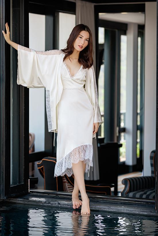 Tận dụng đường cắt sắc nét để tạo nên những khoảng hở khoe lưng trần, vai gầy mong manh nhưng nhà thiết kế vẫn mang lại nét thanh nhã cho từng mẫu váy ngủ.