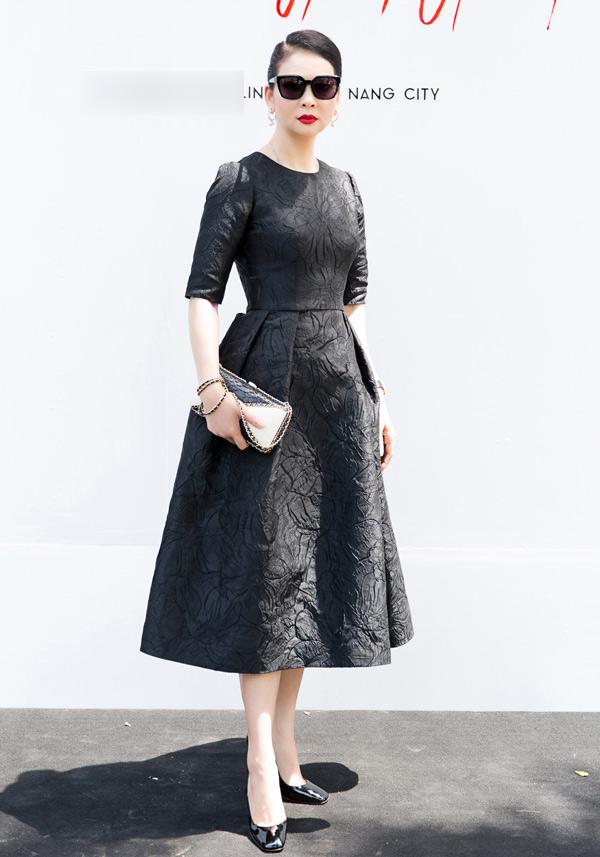 Xuất hiện trong buổi giới thiệu cửa hàng thời trang của Đỗ Mạnh Cường tại Đà Nẵng, người đẹp Thuỷ Hương khoe vẻ sang trọng với kiểu đầm mang phong cách cổ điển.