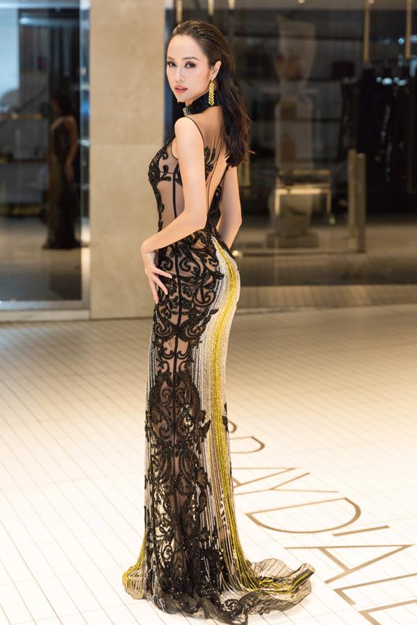 Tối 13/5, nữ diễn viên diện chiếc váy hàng hiệu xuyên thấu có giá gần 1 tỷ đồng, tự tin phô diễn ba vòng quyến rũ. Đặc biệt, đôi bông tai Vũ Ngọc Anh đeotrị giá gần 5 tỷ đồng.
