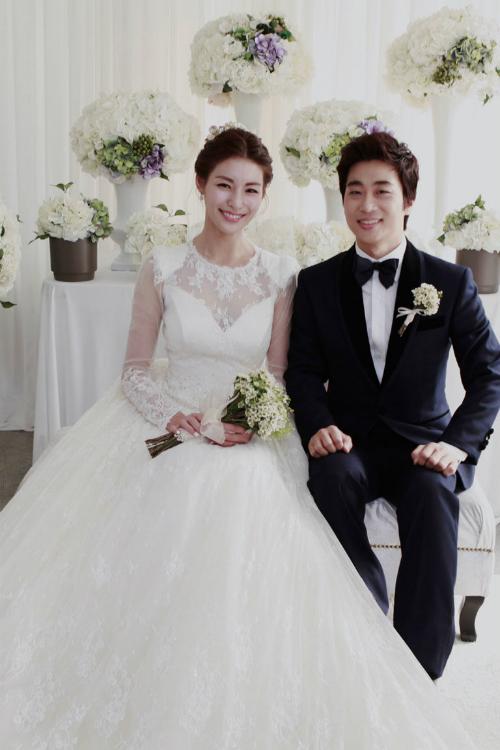 Lee Jung Hwa: Ngọt ngào và nữ tính là những điểm toát lên từ phong cách thời trang ngày cưới của cô. Chiếc váy dài tay cúp ngực trái tim phủ ren đã giữ cho sự sexy ở trong chừng mực - điều các cô dâu cần có trong ngày trọng đại.