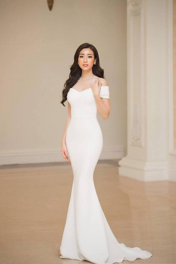Đến nhận giải thưởng Nghệ sỹ nhân ái, Đỗ Mỹ Linh chọn váy trắng đơn sắc nhưng chính đường cắt ráp tinh tế, giúp người mặc tôn đường cong đồng hồ cát đã giúp hoa hậu ghi điểm. Đây là mẫu thiết kế mới nhất của Lê Thanh Hoà.