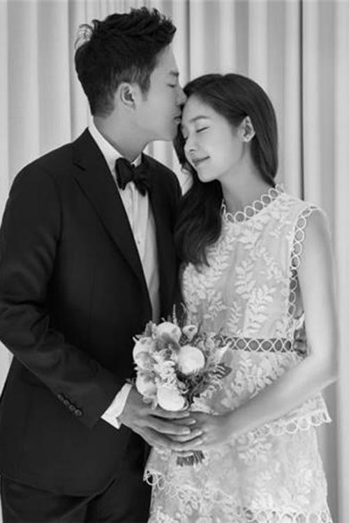 Sung Yu Ri: Khác với những lựa chọn thông thường, nữ diễn viên Sung Yu Ri lại rất thời trang và trẻ trung với chiếc váy cưới phá cách khi kết hôn cùng bạn trai 4 năm của mình.