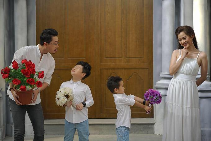 Hai cậu con trai rất ngoan ngoãn và sớm thừa hưởng khiếu hài hước của bố mẹ. Dù cưới nhau 8 năm nhưng Hứa Minh Đạt vẫn gọi bà xã là bé Dạ như thời mới yêu.