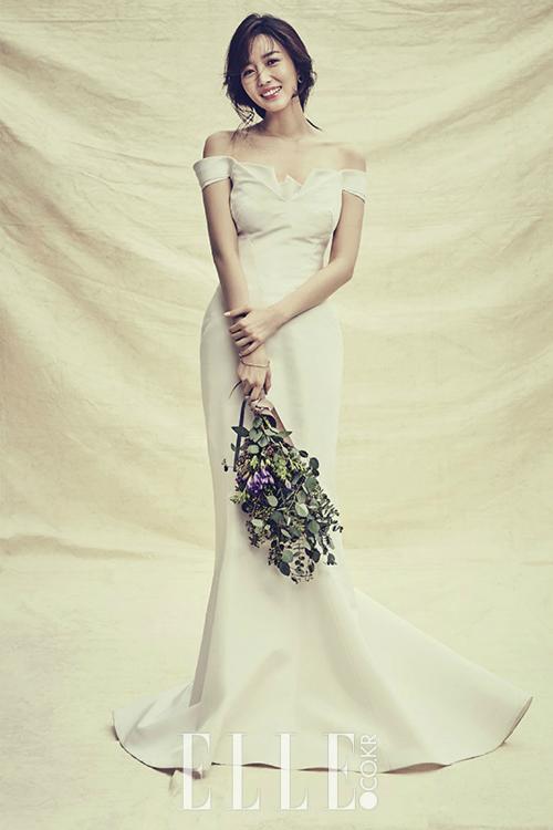 Kim So Young: Chiếc váy cưới đuôi cá lụa trơn thực sự kén người mặc nhưng nếu cô dâu sở hữu vóc dáng mình hạc xương mai như Kim So Young thì thiết kế này giúp bạn khoe được thế mạnh của mình. Điểm nhấn là phần vai trễ hững hờ và đường viền cổ áo lấy cảm hứng từ nghệ thuật xếp giấy, tạo dáng như một đóa hoa.