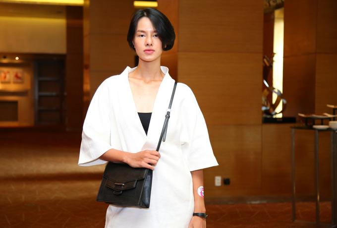 Người mẫu Hà Kino cá tính với trang phục hai màu đen trắng.