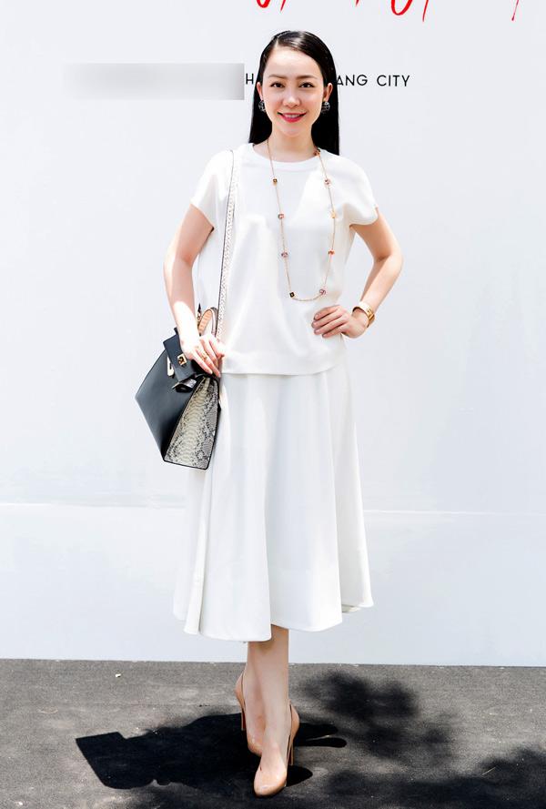 Diễn viên múa Linh Nga thể hiện vẻ đẹp thanh nhã trong không khí mùa hè với cách kết hợp chân váy midi cùng áo lụa đồng sắc màu của Đỗ Mạnh Cường.