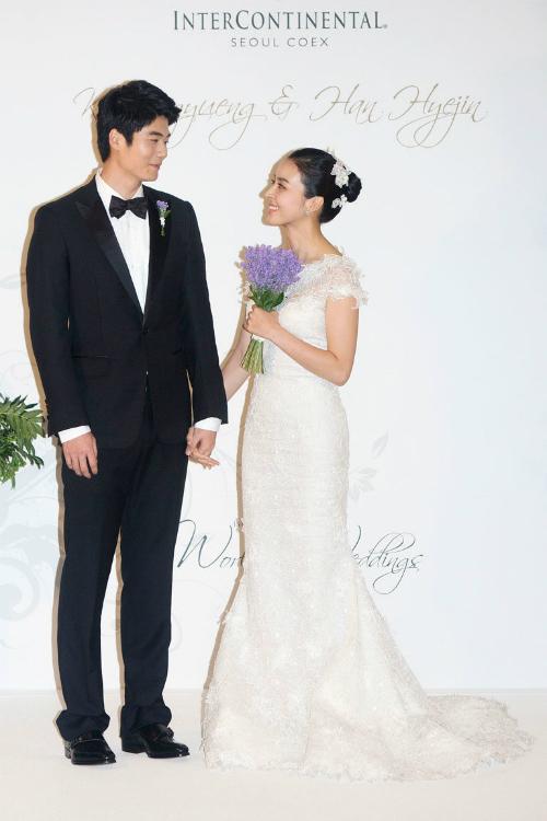 Han Hye Jin: Chiếc váy đuôi cá với phần vai trễ vừa phải giúp cô dâu tạo phong cách thanh lịch, kín đáo nhưng vẫn gợi cảm trong ngày cưới.