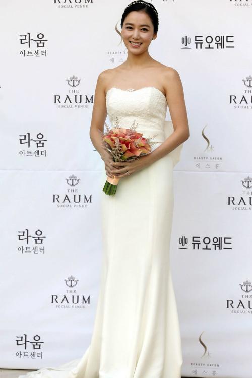 Lee So Yeon: Nếu bạn không phải là một fan của màu trắng sáng tinh khiết, hãy chọn váy cưới màu trắng ngà, trắng kem. Nét cổ điển và sự sang trọng là điều có thể nhận thấy ở phong cách thời trang này.