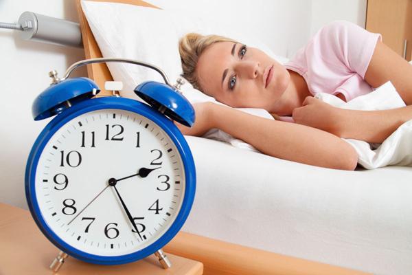 Khó ngủ Thiếu nước có thể gây ra một số hiện tượng như ngủ ngáy, chuột rút, khô hốc mũi, làm gián đoạn giấc ngủ, khiến bạn ngủ không sâu giấc.