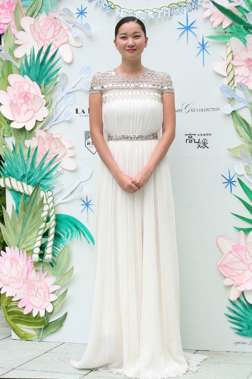 Jang Yoon Ju: Mẫu váy cưới mang phong cách Hy Lạp này sẽ phù hợp cho một hôn lễ ngoài trời hoặc khi cô dâu phải di chuyển nhiều. Phần cổ áo cầu kỳ, màu ánh kim sẽ giúp bạn trở nên nổi bật.