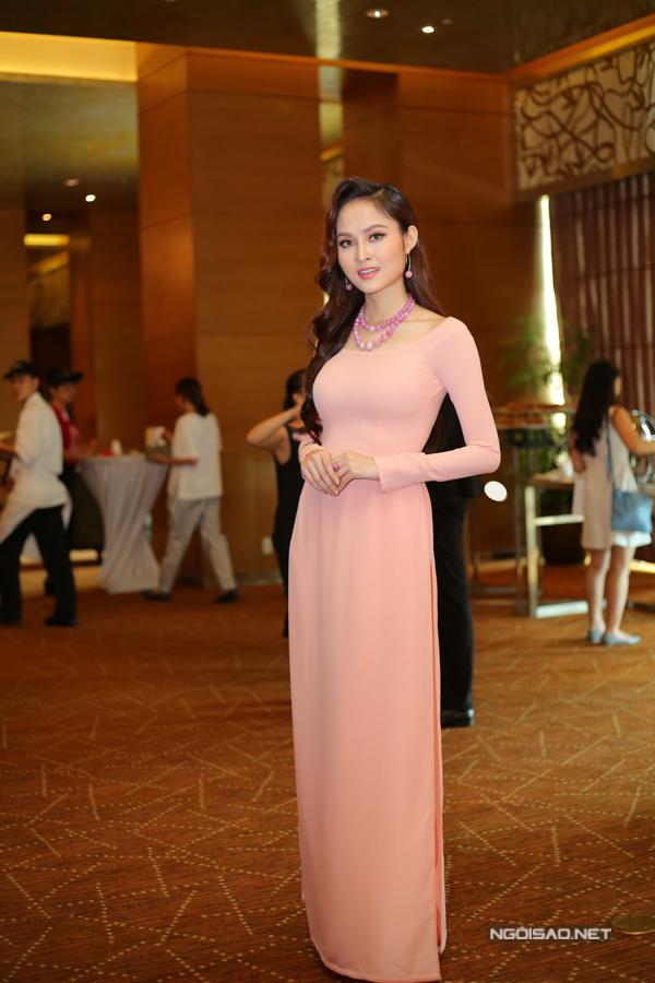 Hoa hậu sắc đẹp Việt Nam toàn cầu Như Ý khoe dáng với áo dài.