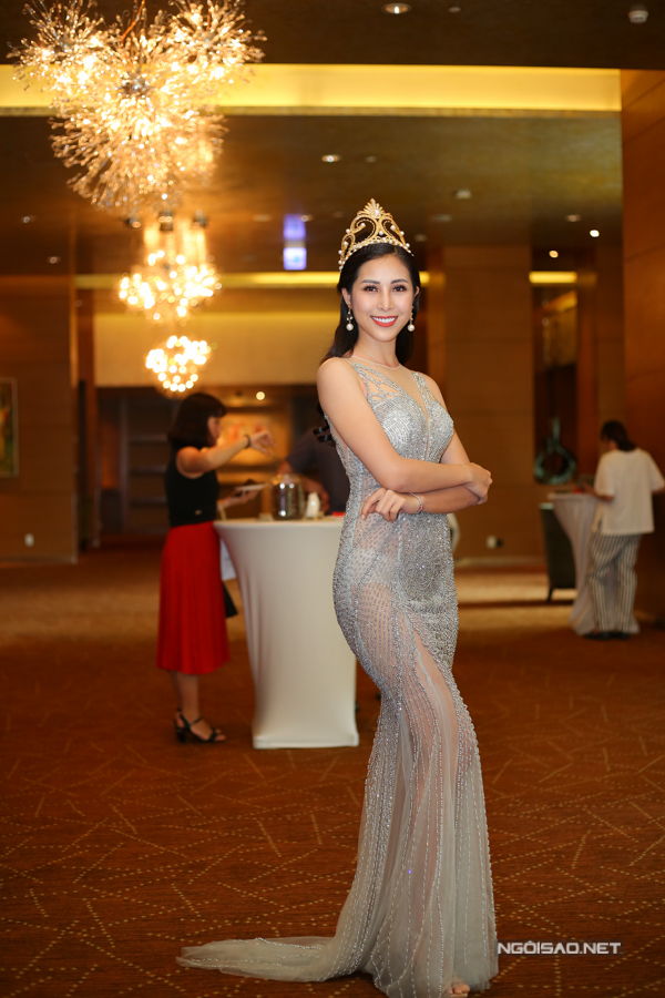 Nữ hoàng trang sức Mỹ Duyên gây chú ý khi mặc váy dạ hội xuyên thấu.