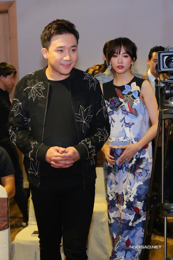 Trấn Thành và Hari Won cùng bế bụng bầu giả tròn vo tới sự kiện. Cặp đôi chia sẻ muốn trải nghiệm cảm giác mang thai, làm cha mẹ trước khi chính thức được lên chức.