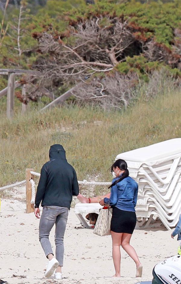 C. Ronaldo đưa vợ và con trai đi chơi ở đảo - 5