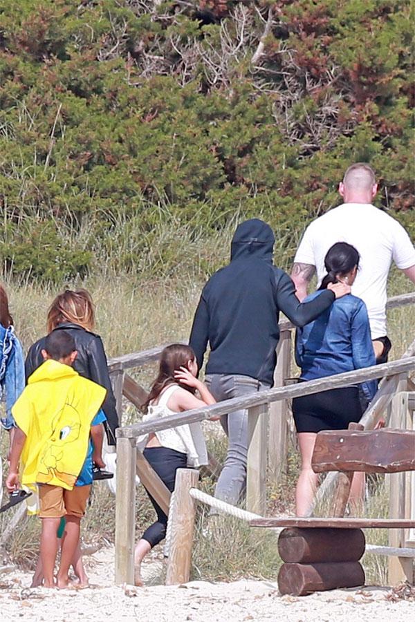 C. Ronaldo đưa vợ và con trai đi chơi ở đảo - 6