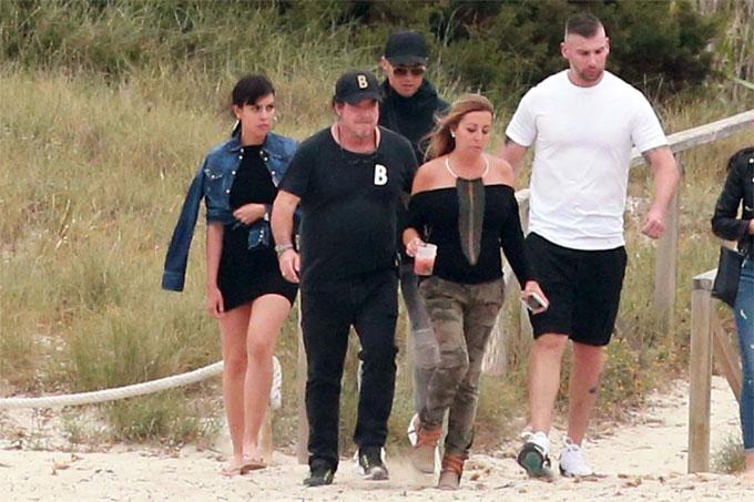 C. Ronaldo đưa vợ và con trai đi chơi ở đảo - 10