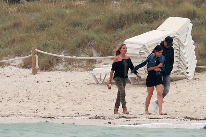 C. Ronaldo đưa vợ và con trai đi chơi ở đảo - 11