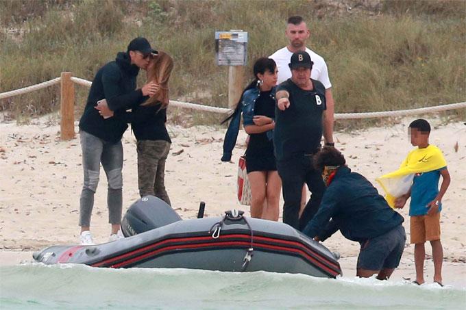 C. Ronaldo tổ chức chuyến đi gặp gỡ giữa gia đình, họ hàng của anh và bạn gái.