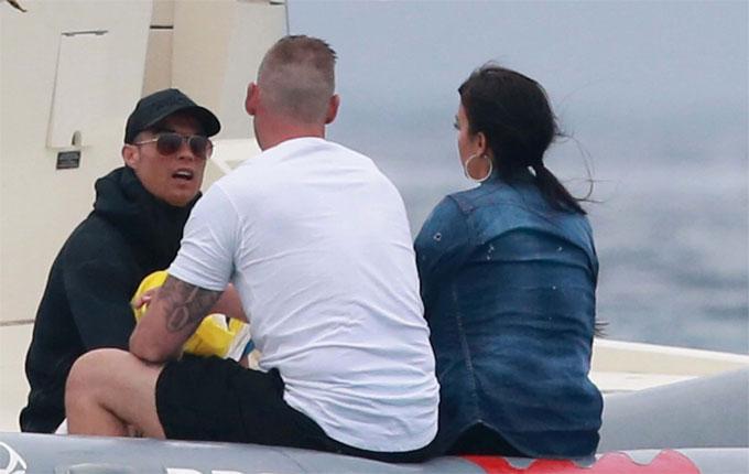 C. Ronaldo đưa vợ và con trai đi chơi ở đảo - 14