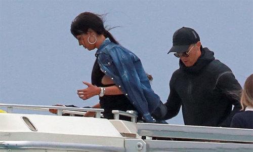 C. Ronaldo đưa vợ và con trai đi chơi ở đảo