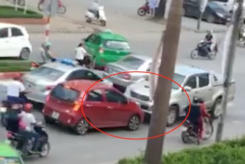 Sơn điều khiển xe bán tải chặn đầu xe vợ (màu đỏ). Ảnh: Cắt từ video.