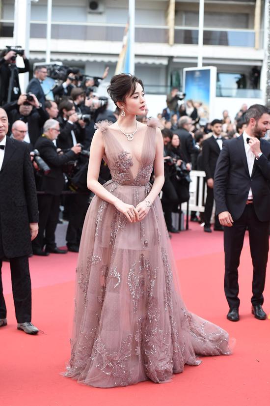 Cổ Lực Na Trát tham dự Liên hoan phim Cannes hôm 13/5, theo lời mời của một thương hiệu mà cô là gương mặt đại diện tại Trung Quốc. Trên thảm đỏ, mỹ nhân Tân Cương diện váy của nhà mốt Zuhair Murad, bộ váy giúp cô khoe khéo vòng một nảy nở.