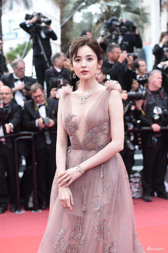 Cổ Lực Na Trát thời gian này đang bận rộn với bộ phim mới Vũ điệu cuồng phong, đóng cùng nam chính Trần Vỹ Đình.