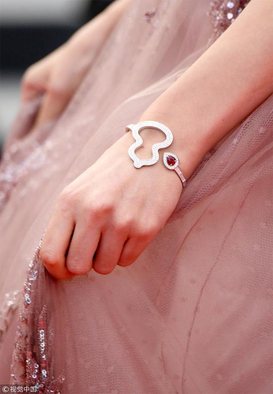 Trang sức sang trọng, giúp tôn lên vẻ đẹp của ngôi sao Hoa ngữ.
