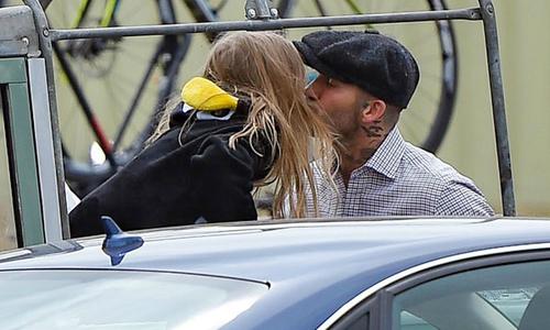 Becks và con gái cưng chu miệng hôn môi trên xe cổ