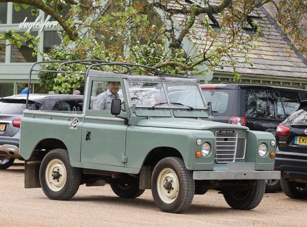 Becks lái chiếc Land Rover cổ đưa con gái út tới nông trangDaylesford ởCotswolds hôm cuối tuần.