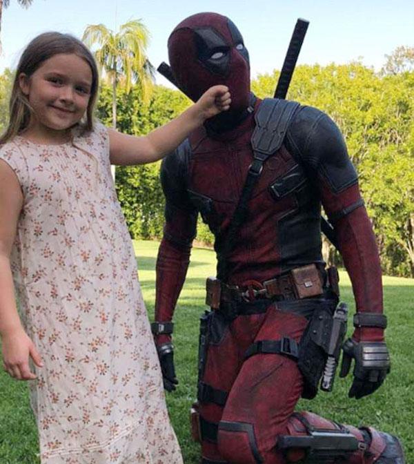 Ba con của Becks là Romeo, Cruz và Harper cũng chụp ảnh kỷ niệm với nhân vật Dead Pool trong đó bức ảnh của Harper gây chú ý nhất.