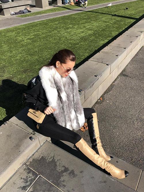 Hồ Ngọc Hà ngồi bệt xuống vệ đường, khoe đôi chân dài miên man. Cô đang có chuyến đi tới Australia lưu diễn.