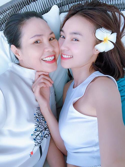 Lan Ngọc đăng ảnh chụp cùng mẹ nhân ngày của mẹ. Cô viết: Bà Cúc nhà em. Mẹ lúc nào cũng vui, cũng khoẻ cũng thương Ngọc nha.