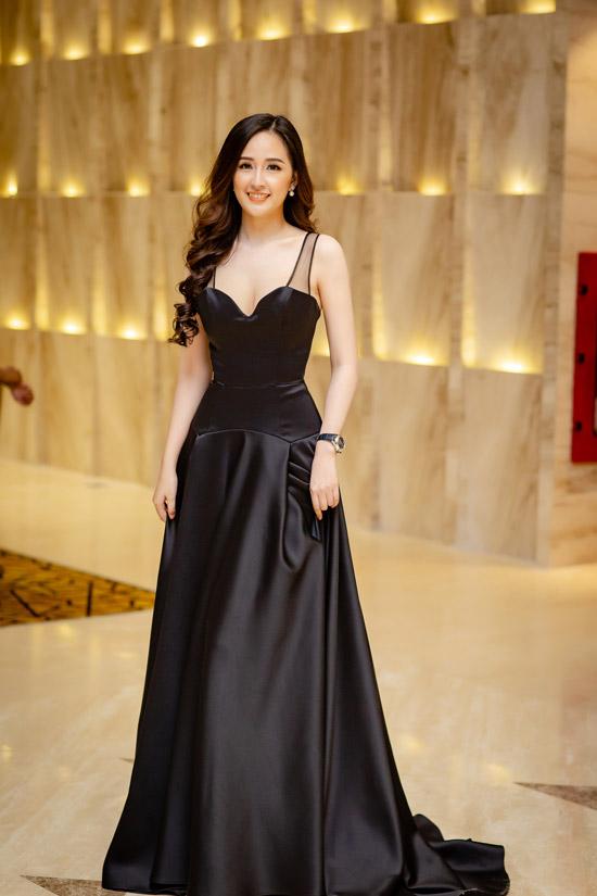 Tại một event gần đây ở Hạ Long, người đẹp chọn váydạ hội màu đen thanh lịch của NTK Minh Tú. Bộ cánh có đường cúp ngực vừa phải, tôn lên vòng 1 đầy đặn và chiều cao lý tưởng của Mai Phương Thúy.