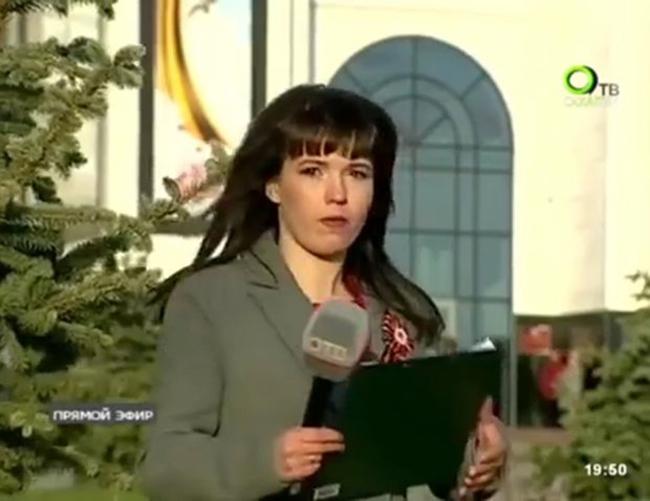 Ryabova giữ tác phong chuyên nghiệp sau hành động ném áo. Ảnh cắt từ video.