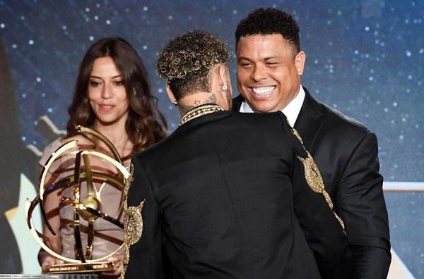 Neymar nhận giải Cầu thủ hay nhất Ligue 1 của mùa giải dù bị chấn thương và nghỉ thi đấu từ tháng hai.