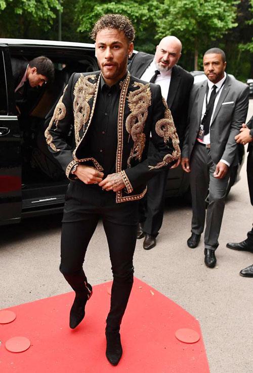 Neymar gây chú ý khi có thể tự đi, không cần chống nạng