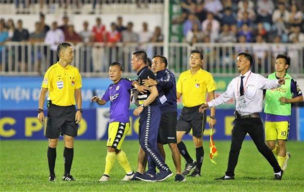 HLV Chu Đình Nghiêm lao vào phản ứng trọng tài sau khi Thành Lương nhận thẻ đỏ.