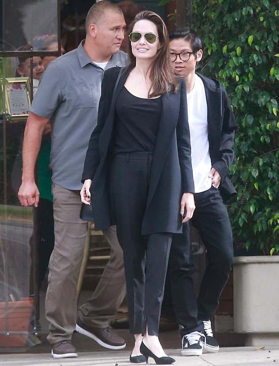 Angelina Jolie và Pax Thiên được vệ sĩ hộ tống đi ăn trưa ở Beverly Hills ngày 13/5 - một ngày trước Mothers Day. Cũng dịp này năm ngoái, hai mẹ con có bữa tối riêng cùng nhau tại nhà hàng.