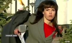 Nữ MC ném áo khoác khi phát hiện đang lên sóng trực tiếp