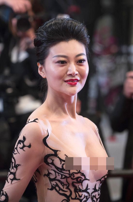 Triệu Hân hở trọn bộ ngực ở Cannes.