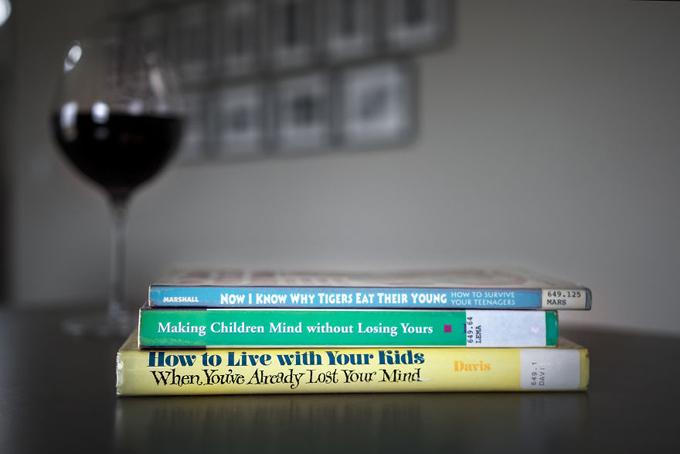 Khi bọn trẻđã ngủ say, mẹ mới có một chút thời gian để thư giãn, nhưng cách tìm niềm vui của mẹ là đọc những cuốn sách về chăm sóc, nuôi dạycon.