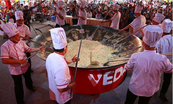 Không chỉ chảo, bếp, ngay cả những dụng cụ nấu cũng được thiết kế riêng với kích thước rất lớn.