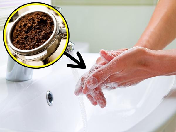 Khử mùi ở tay sau khi nấu nướng Mùi hành, tỏi hay mùi tanh khi làm cá sẽ biến mất khi bạn dùng một chút bã cà phê chà lên tay rồi rửa lại với nước sạch.