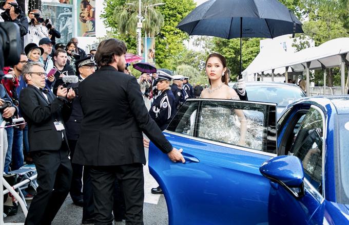 Quỳnh Hương đến Cannes theo lời mời của một nhãn hiệu đồng hồ, trang sức nổi tiếng thế giới. Cô được tiếp đón trang trọng khi xuất hiện tại LHP Cannes hôm 14/5.
