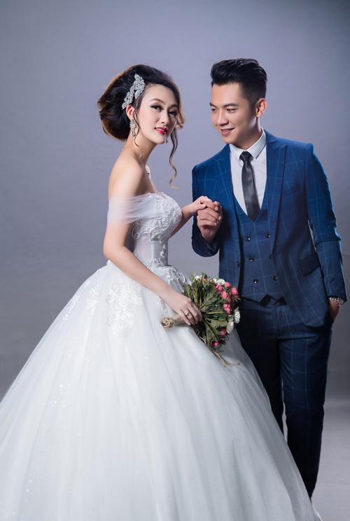 Khi Mai Quốc Việt trẻ trung với bộ vest kẻ care sắc xanh, Kelli Vũ cũng điệu đà trong váy cưới trễ vai màu trắng ánh xanh.
