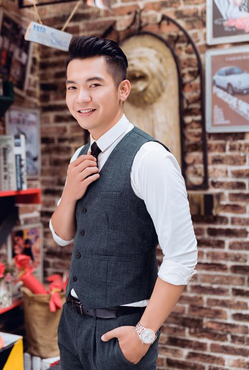 Trong khi đó, chú rể Mai Quốc Việt gợi ý cách lựa chọn vest mang phong cách Hàn Quốc, màu ghi kẻ hoặc xanh sáng.