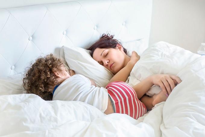 Khi làm mẹ, buổi sáng bạn có thểthức dậy với một bàn chân hoặc một cái mông đang đặt trên mặt mình.